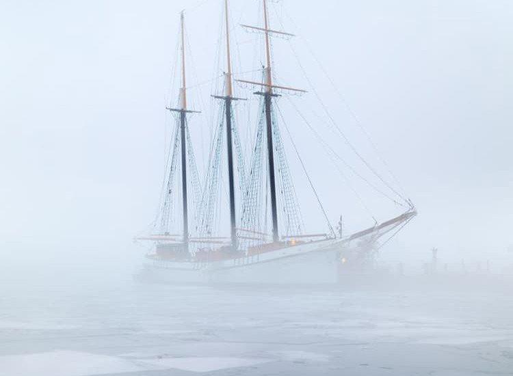 Автомобили и транспорт-Фототапет Кораб в мъглата